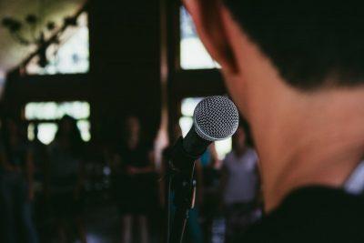 Wie een abstract verhaal over de bühne probeert te krijgen bij zijn medewerkers, doet er goed aan zijn communicatiestijl zorgvuldig te bestuderen alvorens het podium te betreden.