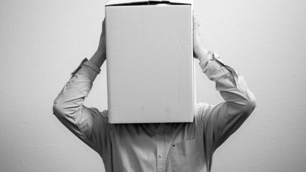 man met doos over hoofd