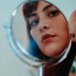 vrouw in spiegel