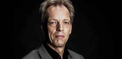 In het kader van 'die zagen we niet aankomen': Sjors Fröhlich wordt de nieuwe burgemeester van de Utrechtse gemeente Vijfheerenlanden. De hoofdredacteur van BNR Nieuwsradio werd door de gemeenteraad de meest geschikte kandidaat geacht uit 23 sollicitanten. Als kerncompetenties noemt de gemeente zijn enorme netwerk en zijn stressbestendigheid. Fröhlich heeft geen ervaring in het openbaar bestuur, maar zegt zich er de afgelopen jaren al wel op te hebben voorbereid. Hij woont al een hele tijd in (de voorganger van) de gemeente die hij nu gaat besturen. Vijfheerenland ontstond begin dit jaar na een moeizaam verlopen fusie tussen de gemeenten Leerdam, Vianen en Zederik. Sjors Fröhlich is bekend als radioman, eerst als presentator bij de NCRV en sinds 2013 als hoofdredacteur van BNR.