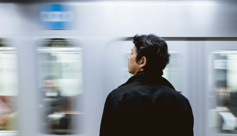 japanse man bij metro