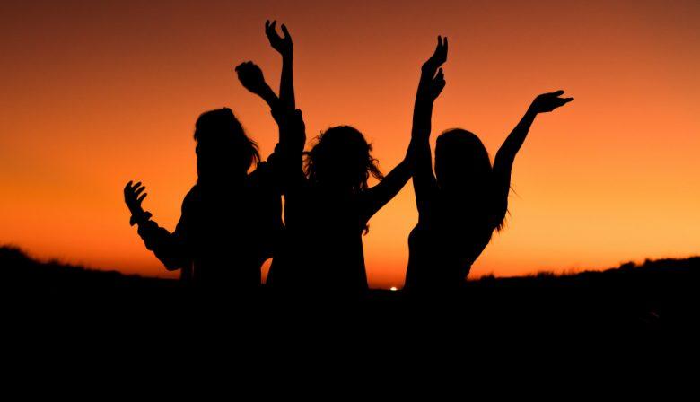 springende mensen zonsondergang