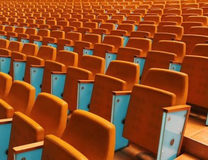 Charisma, aandacht, een levendig verhaal: een goede presentatie is niet zomaar gegeven. Hoe vertaal je als c-level manager je boodschap op het podium? Twee experts geven tips.