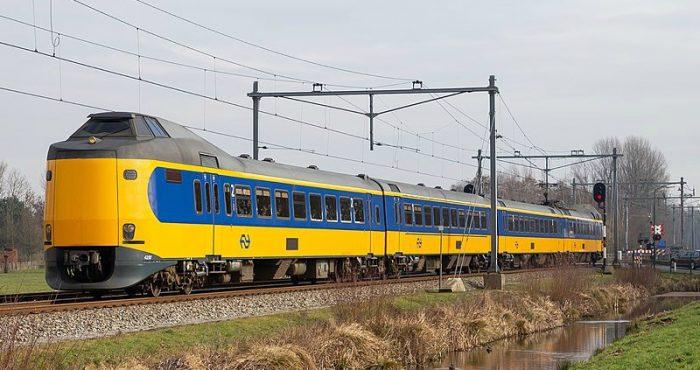 Trein van NS rijdt door weiland