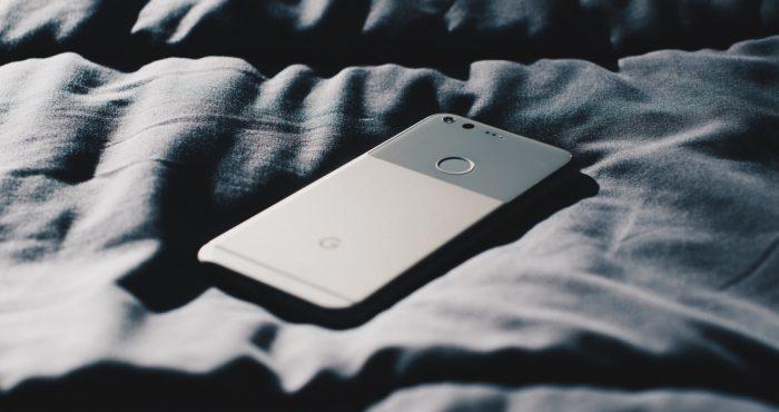 telefoon op bed