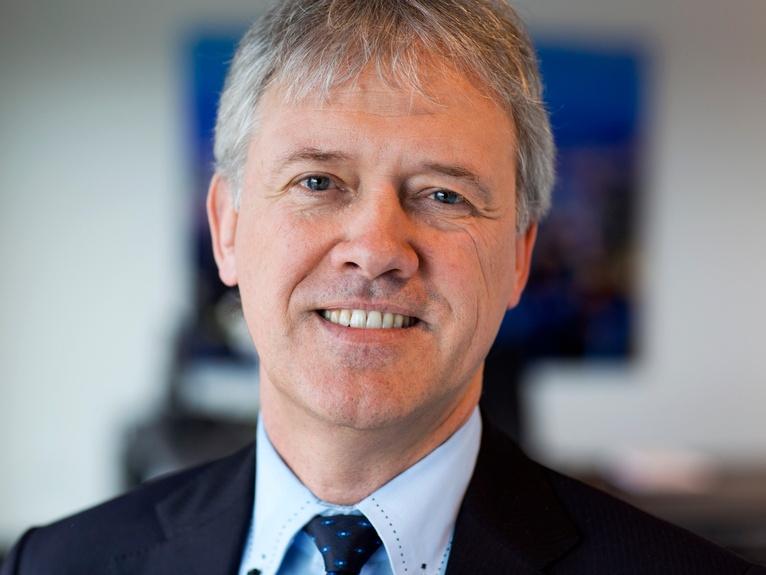 Peter Wennink (1957) heeft in zijn carrière voor twee werkgevers gewerkt. Hij studeerde accountancy aan het NIVRA (Koninklijk Nederlands Instituut van Registeraccountants), het huidige NBA (Nederlandse Beroepsorganisatie van Accountants). Daarna startte hij zijn carrière bij een van de Big Four: Deloitte. Wennink begon daar als accountant en klom op tot partner, waarbij hij zich specialiseerde in high tech. ASML Hij werkte vanuit Deloitte mee aan de beursgang van zijn latere werkgever ASML in 1995. Vier jaar later maakte hij de overstap naar de chipmaker, waar hij aan de slag als chief financial officer. In zijn laatste jaren als CFO werd Wennink steeds meer op de voorgrond geplaatst als het gezicht van het bedrijf. In 2013 werd duidelijk waarom, toen Wennink de overstap maakte naar het CEO-schap. Belangrijke elementen voor de toekomst van ASML zijn volgens Wennink innovatie en investeren in talent. Hij zorgde er onder andere voor dat er in 2014 studiebeurzen werden verstrekt aan materstudenten van techstudies. Op die manier draagt ASML bij aan de opleiding van technici, waar een gebrek aan is in Nederland. Managementscope weet te melden dat innovatie voor Wennink ook een belangrijk onderdeel is. Daarom zouden ze bij ASML volgens een 'open innovatie'-systeem werken, wat inhoudt dat er van zowel interne als externe kennis gebruik gemaakt wordt. PSV Wennink is naast zijn baan ook actief als commissaris van private bank Insinger de Beaufort en sinds vorig jaar zit hij in de raad van toezicht van de TU Delft. Hij was daarnaast voor een korte periode commissaris van PSV. Die laatste functie moest hij echter neerleggen, vanwege een lening (5 miljoen) van ASML aan PSV, wat de twee functies lastig te combineren maakte. Vaste contracten De nieuwste verandering bij ASML gaat opnieuw over het aantrekken van talent. En vooral ook het behouden ervan. Het bedrijf werkte lange tijd juist met een flexibel organisatiemodel, om snel terug te kunnen schakelen wanneer de markt hierom v