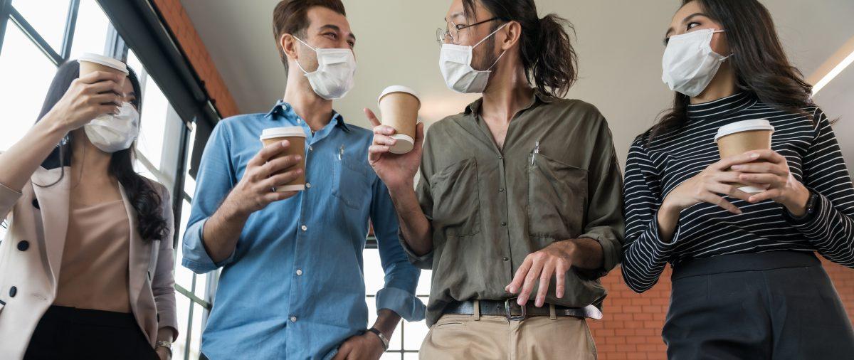 collega's ontmoeten elkaar met koffie in coronatijd