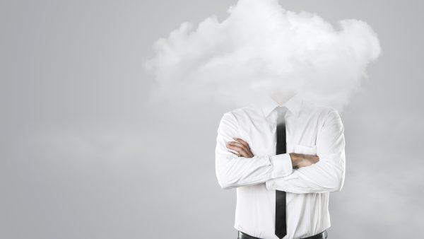 manager met hoofd in de wolken