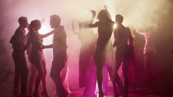 mensen in discotheek/nachtclub
