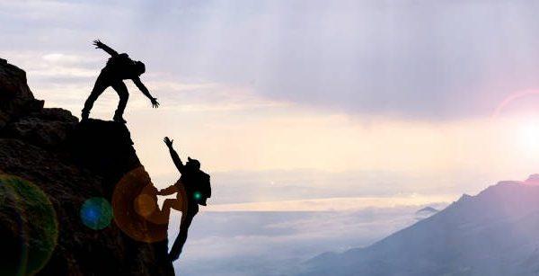 klimmers helpen elkaar