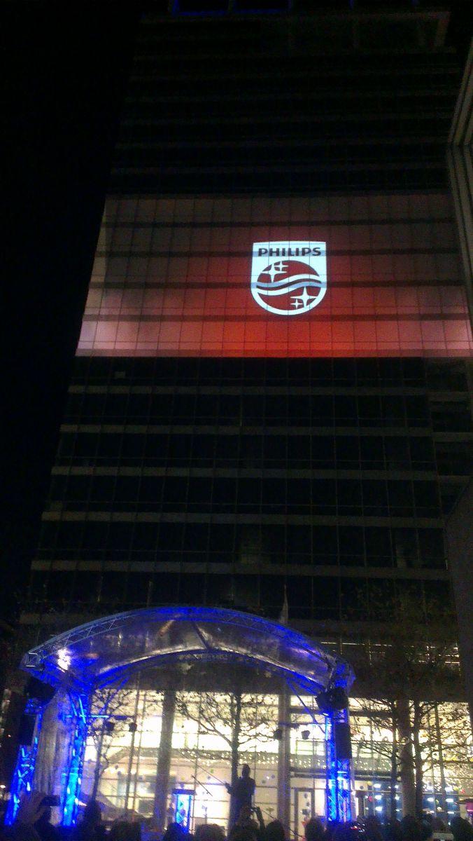 Het nieuwe Philips-logo, geprojecteerd op het hoofdkantoor